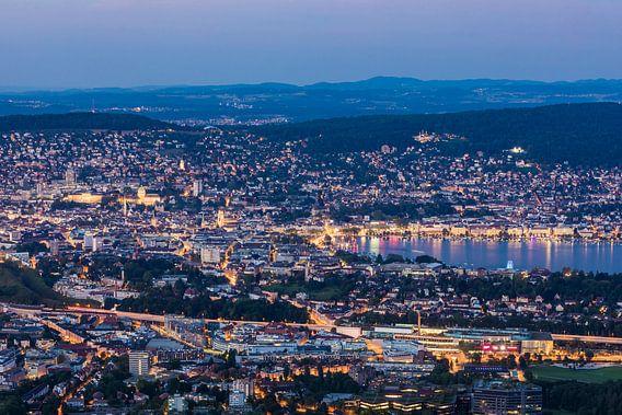 Uitzicht van Uetliberg naar Zürich en 's nachts het meer van Zürich.
