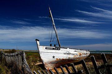 Schiffswrack, altes Fischerboot van Iris Heuer