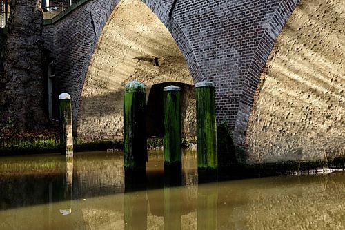 Oude stenen boogbrug over de Oudegracht in Utrecht