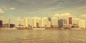 Skyline Rotterdam vanaf de Maasboulevard(vintage look)
