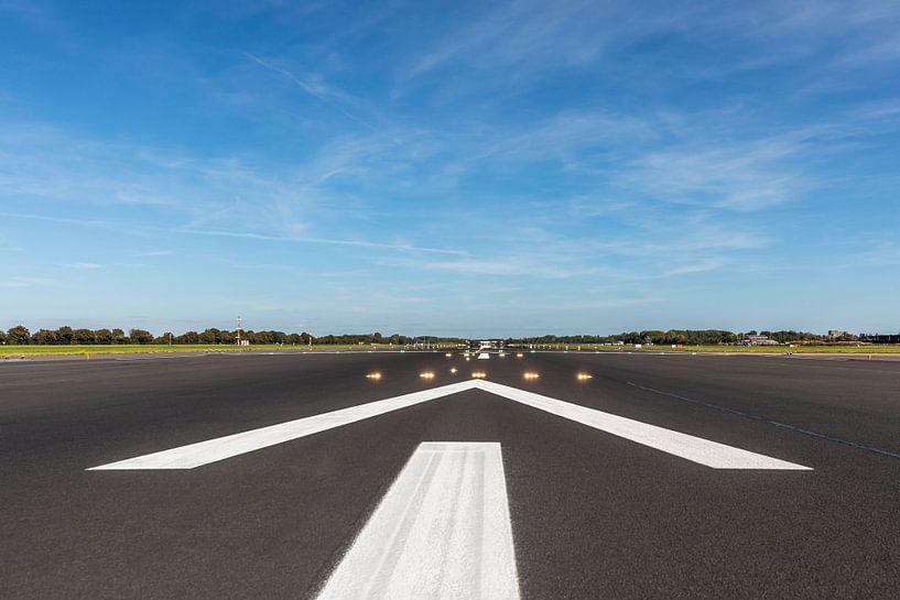 De startbaan van Rotterdam The Hague Airport in Rotterdam van MS Fotografie   Marc van der Stelt