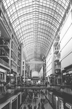 Symmetrisches Schwarz-Weiß-Bild eines Einkaufszentrums in Toronto von Natascha Teubl