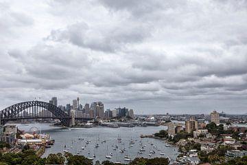Die Skyline mit Hafenbrücke der Stadt Sydney, Australien von Tjeerd Kruse