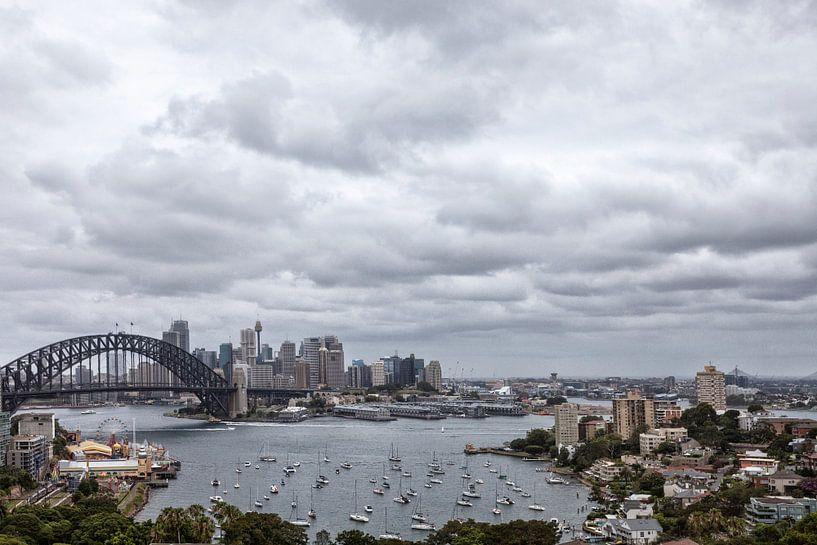 De skyline met 'harbor bridge' van de stad Sydney, Australië van Tjeerd Kruse