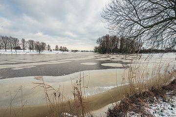 Winters landschap met een met ijs en sneeuw bedekt meer