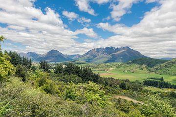 Blick auf die grünen Berge in Neuseeland von Linda Schouw