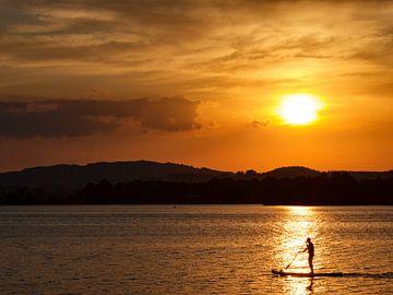 Sonnenuntergang am Staffelsee mit Stand Up Paddler