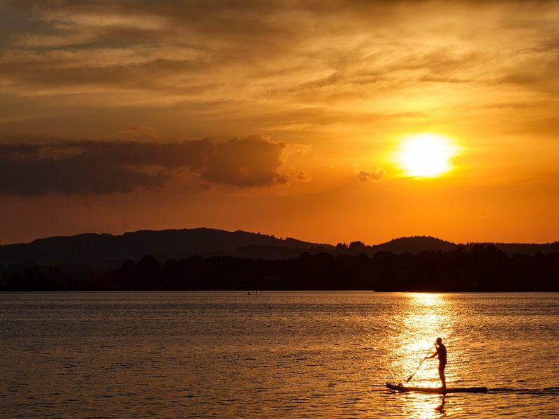 Sonnenuntergang am Staffelsee mit Stand Up Paddler von Andreas Müller