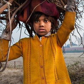 Jongen verzamelt kreupelhout tegenover de Taj Mahal in Agra India. Wout Kok One2expose von Wout Kok