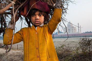 Jongen verzamelt kreupelhout tegenover de Taj Mahal in Agra India. Wout Kok One2expose van