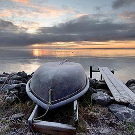 Bootje aan het IJsselmeer van John Leeninga