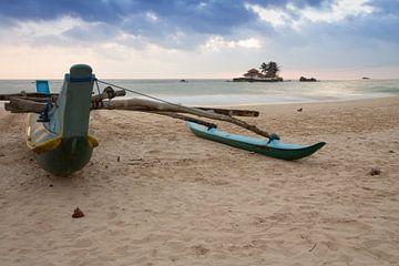 Boot op het strand in Sri Lanka van Rijk van de Kaa