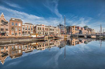 De stadsgracht van Leeuwarden ter hoogte van de Prins Hendrik brug von Harrie Muis
