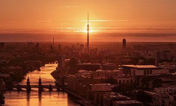 Berlin Skyline mit Sonnenuntergang hinter dem Fernsehturm von Jean Claude Castor