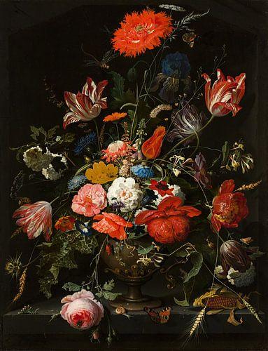 Bloemen in een metalen vaas van