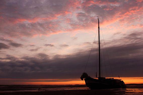 Zeilboot op het wad van Sjoerd van der Wal