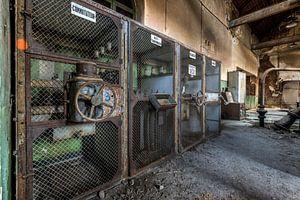 Oude industriële machines in een verlaten fabriek van