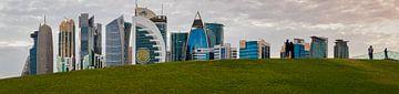 Doha Skyline in West Bay District, Doha, Katar Panoramablick bei Tageslicht von Mohamed Abdelrazek