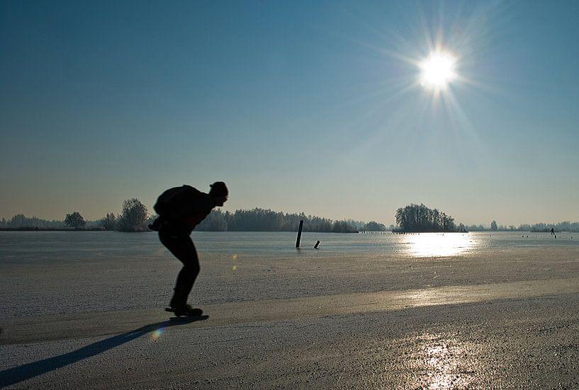 Schaatsen in de winterzon van Tammo Strijker