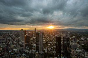 De skyline van Frankfurt tijdens zonsondergang