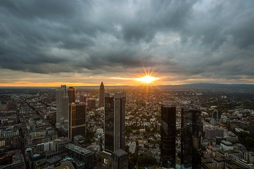 De skyline van Frankfurt tijdens zonsondergang van