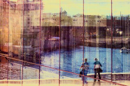 Spiegelende wanden van de Opera in Oslo.