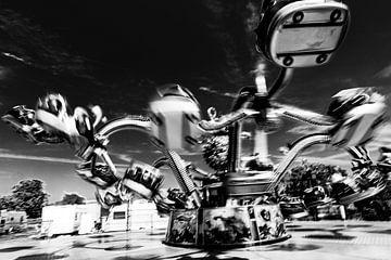 Octopus carrousel in zwart-wit van Wim Stolwerk