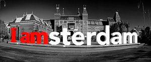 I Amsterdam bij het Rijksmuseum in Amsterdam in zwart wit