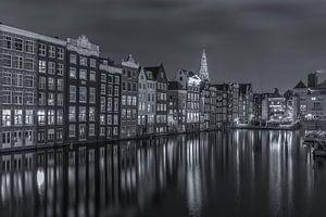 Damrak in Amsterdam in de avond in zwart-wit - 1