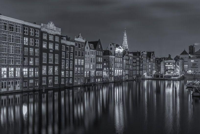 Damrak in Amsterdam in de avond in zwart-wit - 1 van Tux Photography