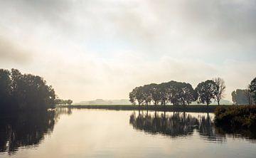 Kleurenfoto van een Nederlands meer op een mistige herfstochtend van Ruud Morijn
