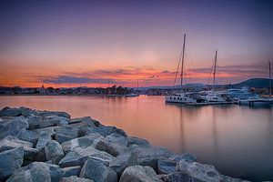 Zonsondergang in de haven van Port Grimaud, Frankrijk van