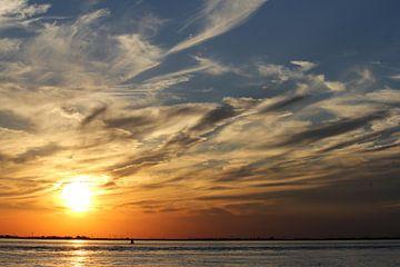 schöner Sonnenuntergang am Meer mit Wolken am Himmel nach einem warmen Sommertag von Angelique Nijssen