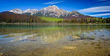 Berglandschap met helder meer, Brits Columbia, Canada van Rietje Bulthuis