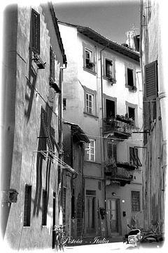 Schwarz & Weiß italienische Straße in Pistoia Italia von Hendrik-Jan Kornelis