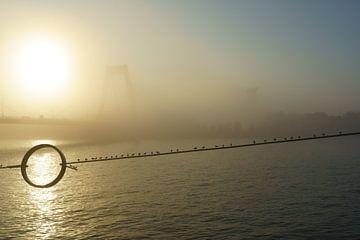 Willemsbrug Rotterdam in de mist sur Michel van Kooten