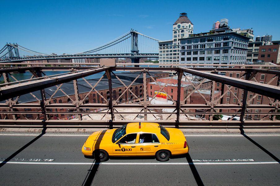 Gele taxi op de Brooklyn Bridge van Laura Vink