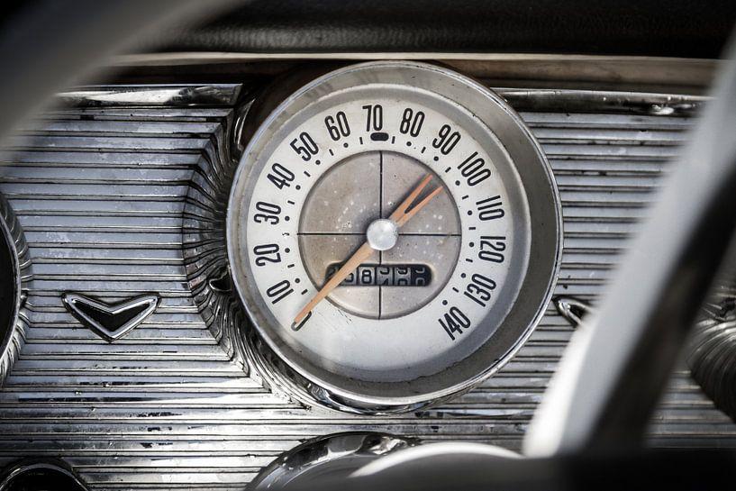 Tableau de bord Chevrolet Bel Air avec indicateur de vitesse sur Jan van Dasler