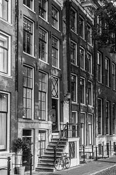 Grachtenhäuser in der Stadt Amsterdam in Schwarz-Weiß || Vintage Travel Photography of Europe von Manon Galama