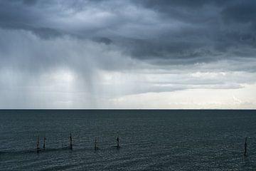 Regen boven het IJsselmeer van Wim Slootweg