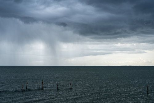 Regen boven het IJsselmeer van
