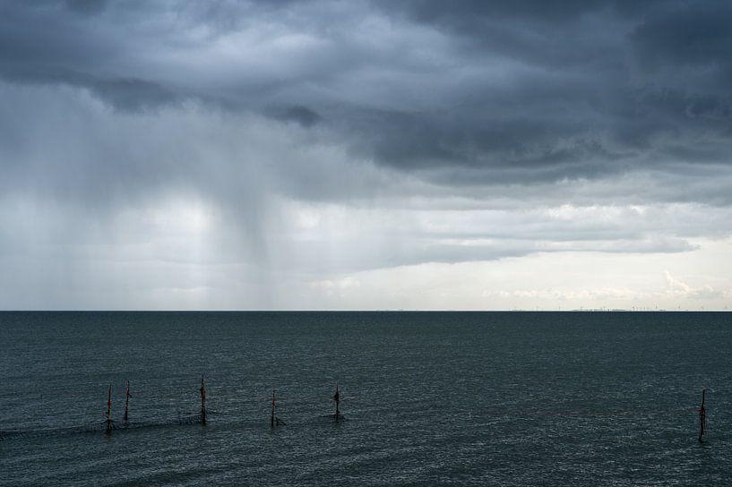 Regen boven het IJsselmeer von Wim Slootweg