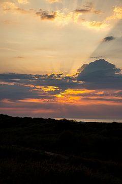Sonne in der Abenddämmerung hinter Wolken von Alexander Wolff