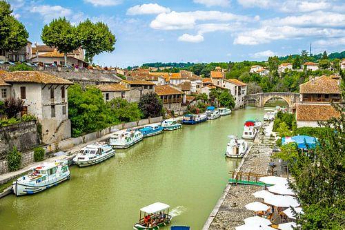 Stadsgezicht rond groen gekleurde rivier