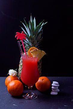 Ananas-Pfirsich-Orange-Cocktail im Glas. von Babetts Bildergalerie