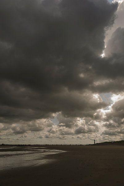 Wolken boven strand bij Nieuwvliet van Edwin van Amstel