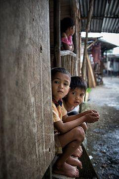 Kinderen in een longhouse 4 van Andre Kivits