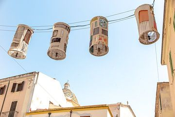 linnen lampionnen in een straatje in Alghero Sardinië van Eric van Nieuwland