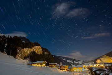 Ster sporen in de lucht tijdens een koude winter nacht van