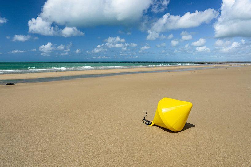 Bouée jaune sur la plage de Saint-Martin de Bréhal en France sur Ricardo Bouman